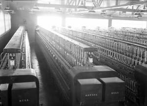 Tekstilindustri: Interiørbilete frå Arne Fabrikker med rader av vevstoler.